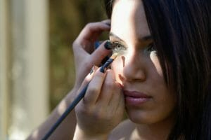 How to Apply Eye Makeup With Contact Lenses